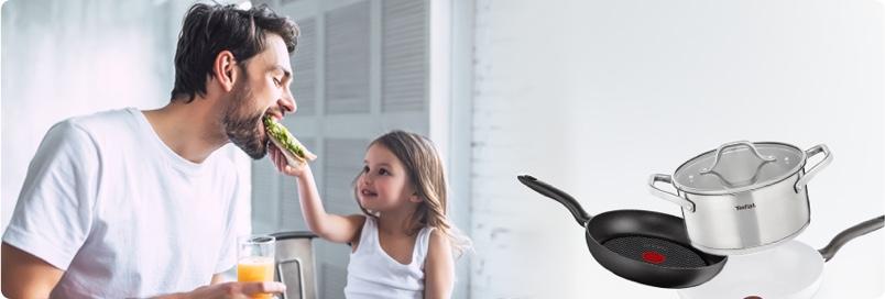 Un homme et sa fille mangent un repas